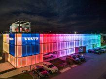 salon Volvo Eurokas nocą