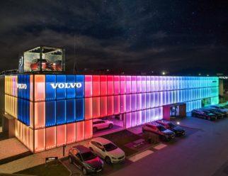 salon Volvo Eurokas nocą,